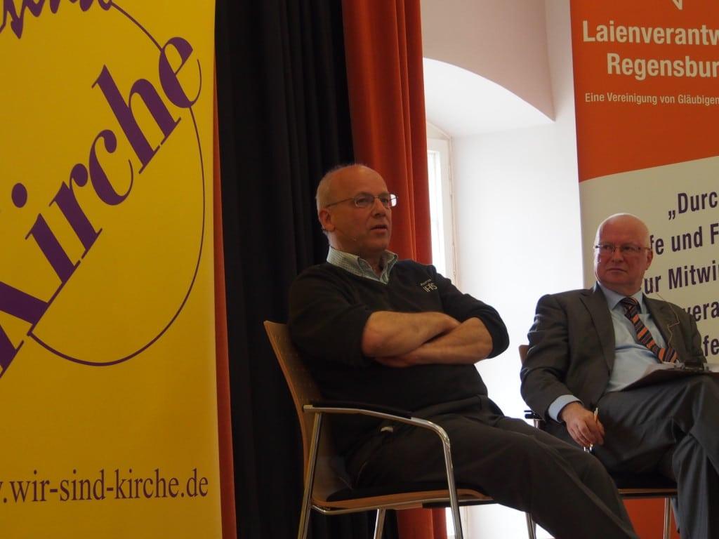 Klaus Mertes (li. neben Moderator Professor Johannes Grabmeier) nahm in Regensburg kein Blatt vor den Mund. Foto: Werner