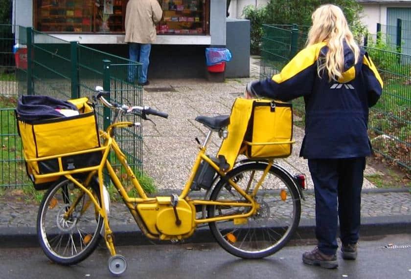 Auf ihrem Rücken erfüllt die Deutsche Post Renditeversprechen an ihre Aktionäre: Brief- und Paketzusteller. Foto: Wikimedia Commons