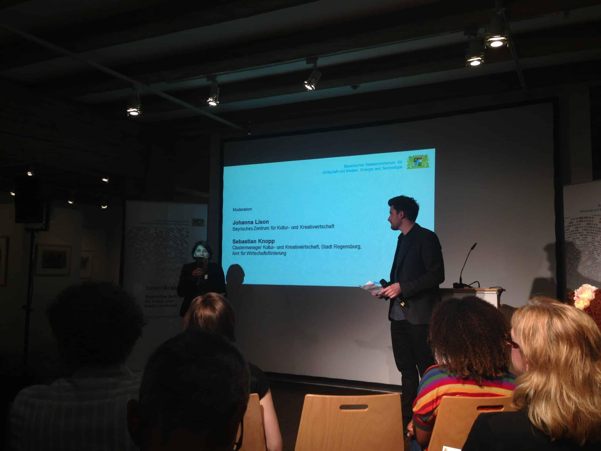 """Johanna Lison von Bayernkreativ und Sebastian Knopp, städtischer """"Clustermanager KuKW"""". Foto: ld."""