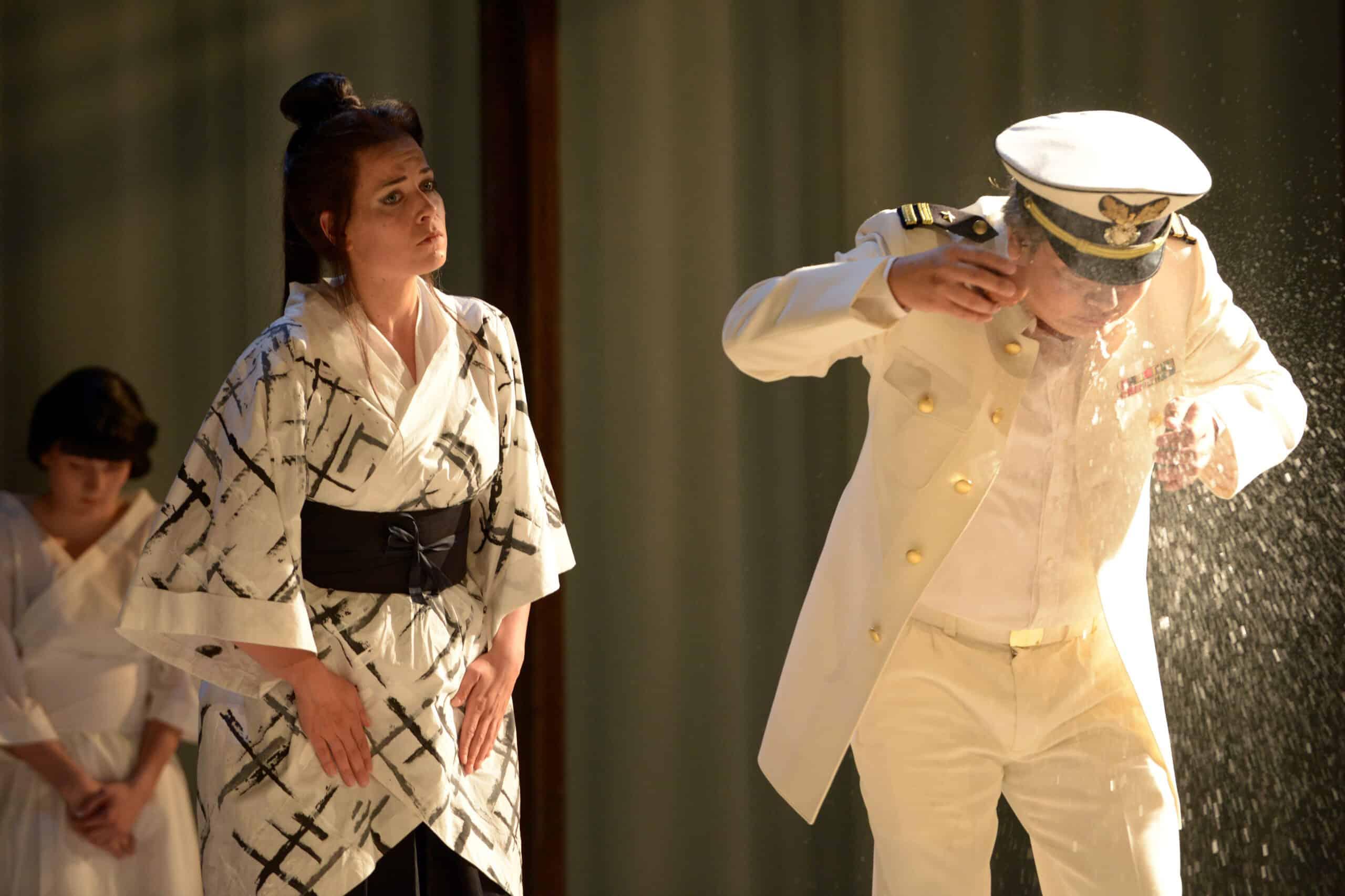 """Grandios besetzt, gefällig inszeniert: """"Madama Butterfly"""", hier Vera Semieniuk und Yinjia Gong. Bild: Juliane Zitzlsperger / Theater Regensburg."""