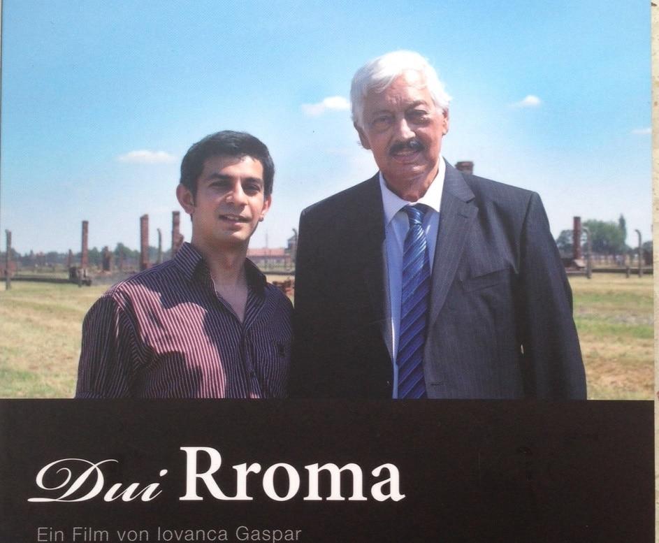 """Adrian Gaspar (l.) und Hugo Höllenreiner auf dem DVD-Cover von Dui Rroma. Bild: DVD """"Dui Rroma"""""""