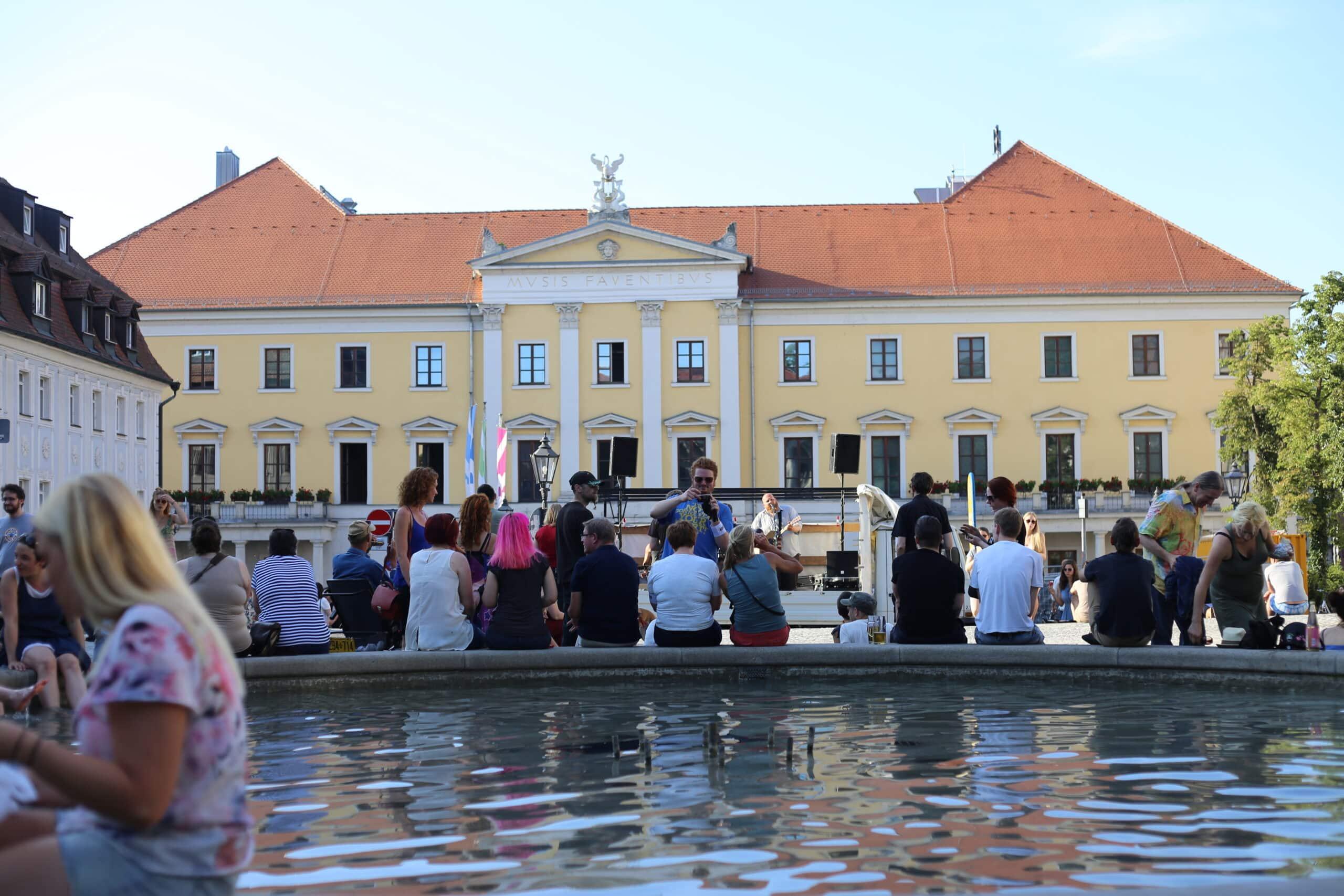 """Kundgebung """"Mehr Raum für Livekultur"""" am 12. Juni. Den Brunnen am Bismarckplatz hatte die Stadt freundlicherweise abgeschaltet. Foto: ld."""