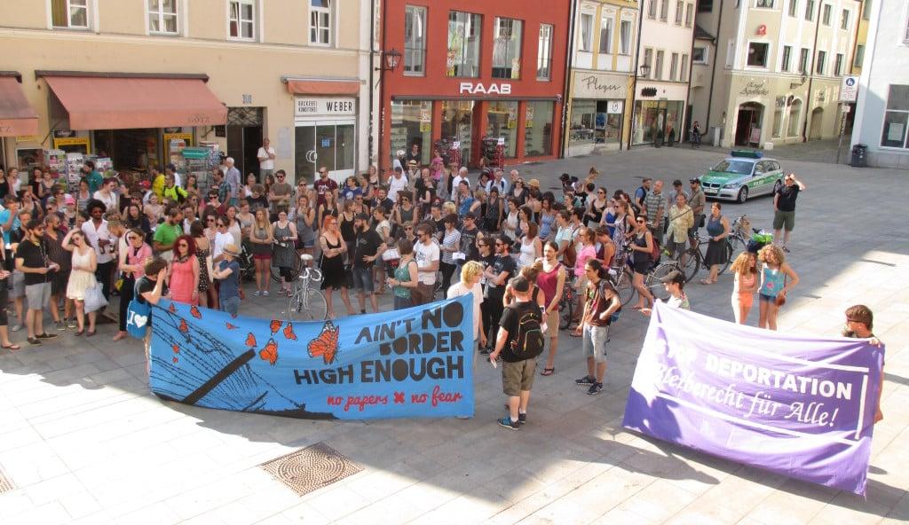 """Demonstration auf dem Neupfarrplatz: """"Was PEGIDA und Seehofer angefangen haben wird nun in Gesetz zementiert."""" Foto: as"""