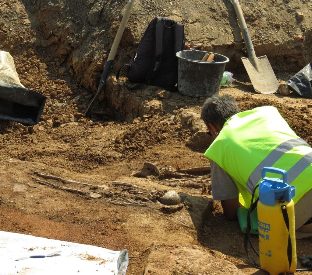 Eine Foto von den Grabungen, das zeigt, wie eng die Gräber aneinander liegen: im Vordergrund ein Kind, dahinter eine erwachsene Person. Foto: BLfD