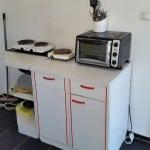 Die bisherige Küche für sechs Personen. Hier muss der Vermieter einen Elektroherd anschaffen. Foto: as