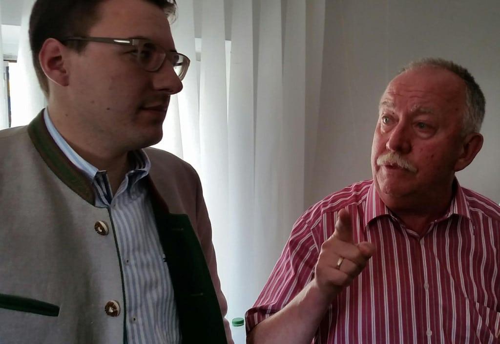 So hingestellt, als würden sie irgendwelchen Luxus fordern: Bürgermeister Koch und Helmuth Hartl vom Helferkreis. Foto: as