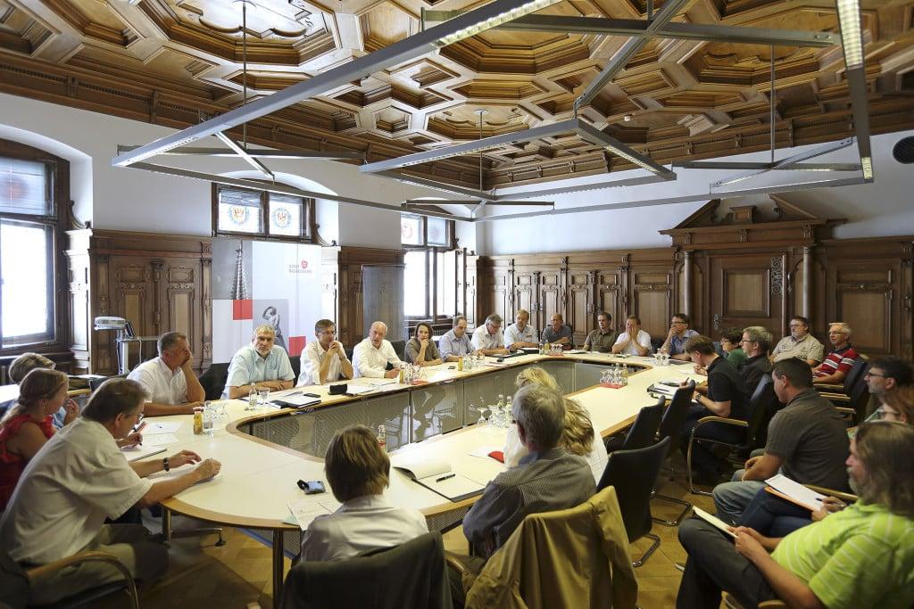 Lagebesprechung mit OB Wolbergs. Foto: Peter Festl/ Stadt Regensburg