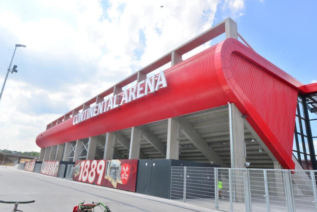 Mit der Continental-Arena und dem Start für die Jahnschmiede wären zumindest diese Voraussetzungen für Profifußball gegeben. Foto: Staudinger