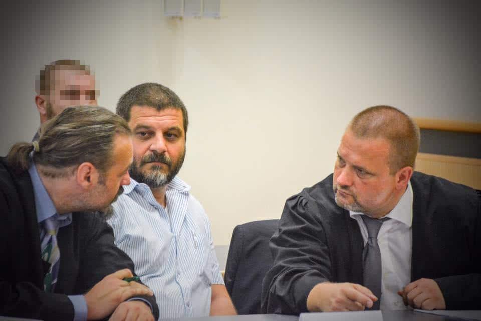 Prominenter Angeklagter: Der NPD-Mann Sascha Roßmüller mit seinen Verteidigern Bernd Weishäupl (li.) und Frank Miksch. Foto: Witzgall