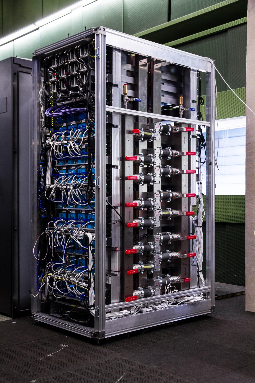 Trotz Spitzenleistung ist der neue QPACE 2 sehr klein und passt in ein Rack. Foto: Universität Regensburg
