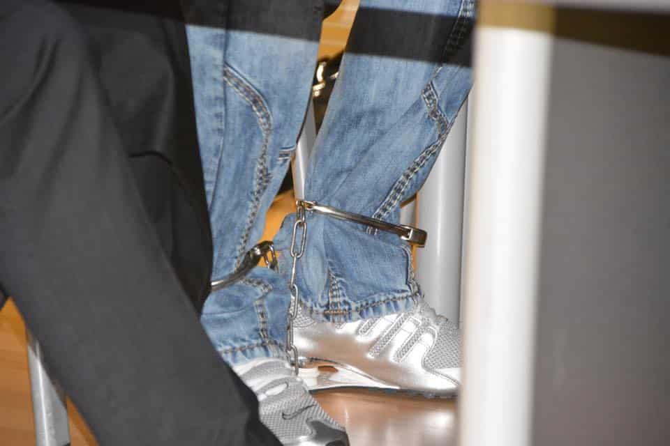 Zwei Angeklagte müssen in Fußfesseln erscheinen. Foto: Witzgall