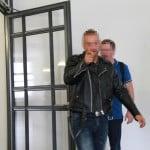 Nach der Gerichtsverhandlung droht Marc U. schon wieder (Hintergrund Vater U.). Foto: Roth