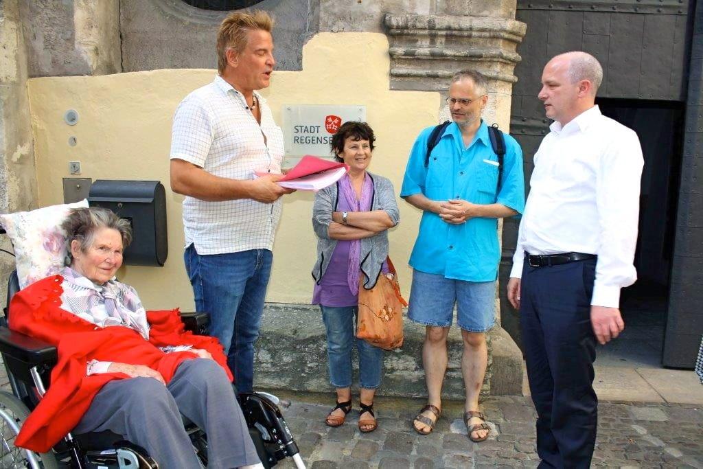 Übergabe der Petition Michlstift an den OB. Foto: Herbert Baumgärtner