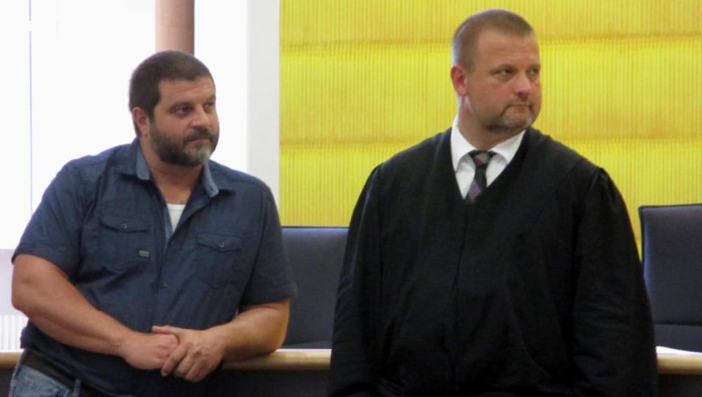 Im Hauptfokus der Staatsanwaltschaft: NPD-Mann Sascha Roßmüller (mit rechtsanwalt Frank Miksch). Foto: as