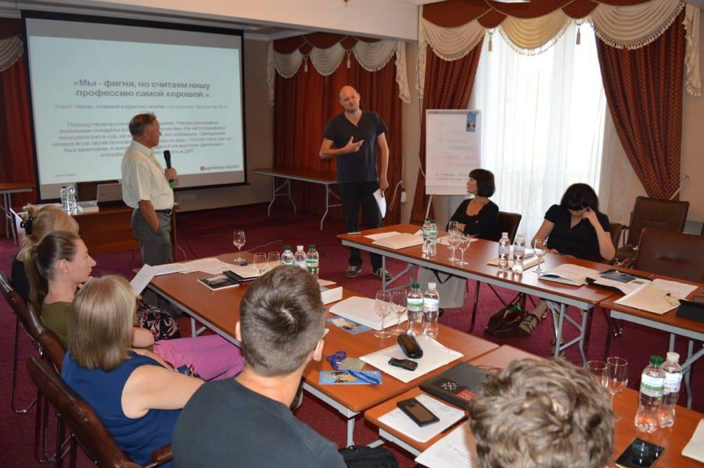 Diskussion mit den Kolleginnen und Kollegen. Dr Dolmetscher übersetzt. Foto: Maxim  Maksymenko