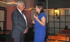 """Das """"reinigende Gewitter"""" bei der Kreisversammlung: Bürgermeister Huber und die zurückgetretene Vorsitzende Judith Werner beim Gespräch vor der Tür. Fotos: as"""