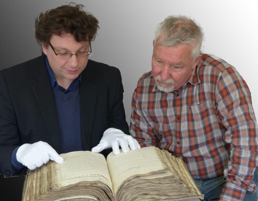 Antiquar Reinhard Hanausch und Bibliotheksleiter Dr. Bernhard Lübbers begutachten eine alte Handschrift (Foto: Staatliche Bibliothek)