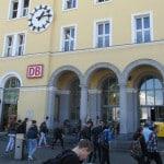 Vor dem Hauptbahnhof soll ein Trio im Juni 2014 einen am Boden liegenden Mann geschlagen und gertreten haben. Der Vorwurf erwies sich als recht dünn. Foto: as