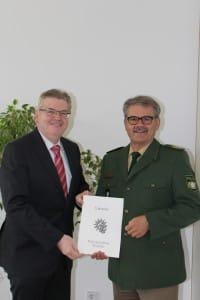 Polizeipräsident Gerold Mahlmeister (links) überreicht seinem Stellvertreter, Polizeivizepräsident Michael Liegl die Urkunde.