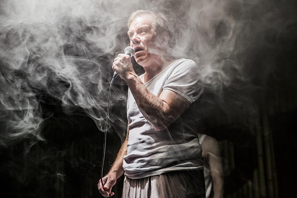 """Michael Heuberger in """"Die lächerliche Finsternis"""": Chaos, innerlich und äußerlich. Bild: Jochen Quast, Theater Regensburg."""