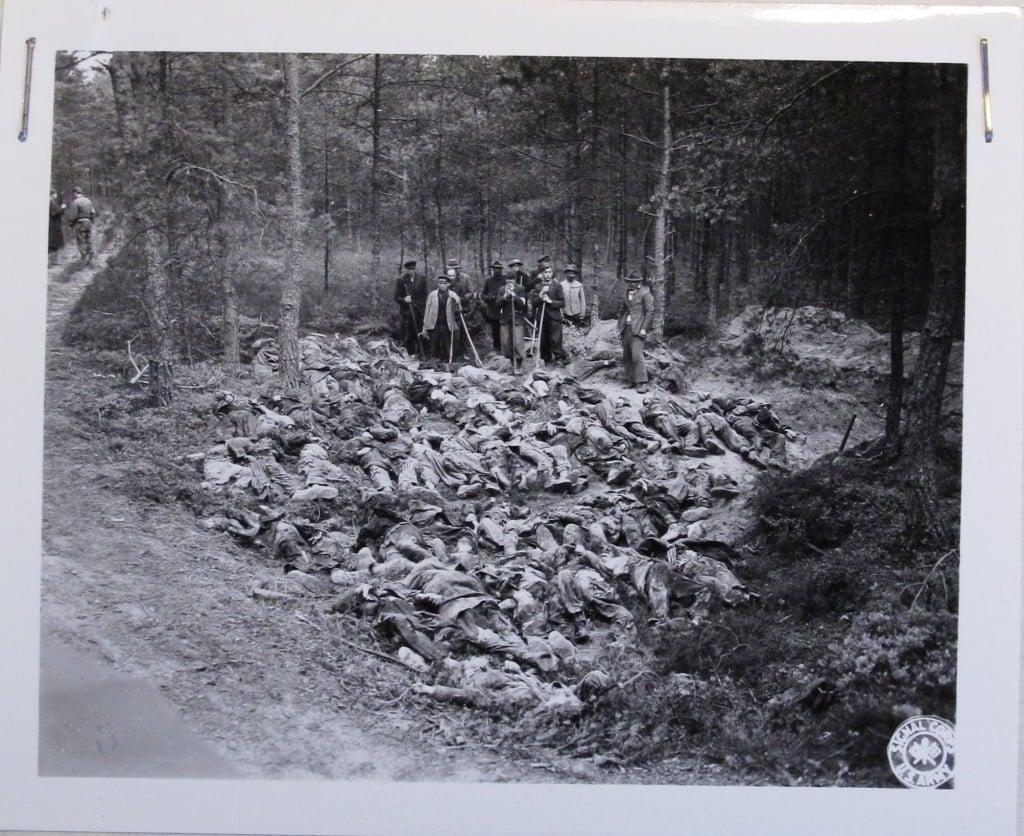 Exhumierung von 49 Toten im Gemeindehölzl am 1.Mai 1945, Quelle: © NARA