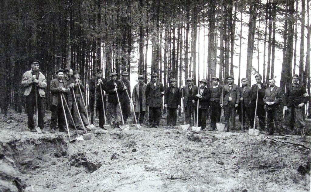 Exhumierungsgruppe mit Bürgermeister Josef Groitl im Gemeindehölzl am 1.Mai 1946. Quelle: NARA