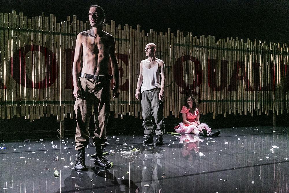 Ein Kolonialismus, der unter anderem Namen fortgeführt wird. Bild: Jochen Quast, Theater Regensburg.