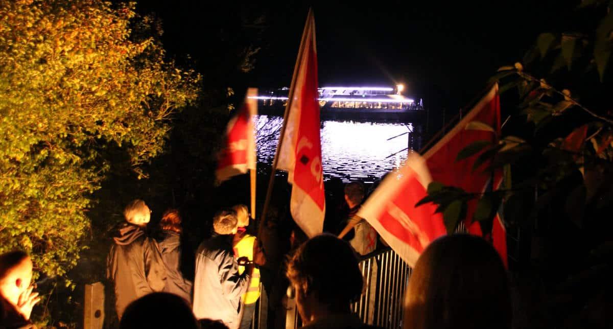 Gestörtes Festbankett: am Fuße der Walhalla protestierten die Entlassenen gegen die Beschäftigungspolitik des Verlags.