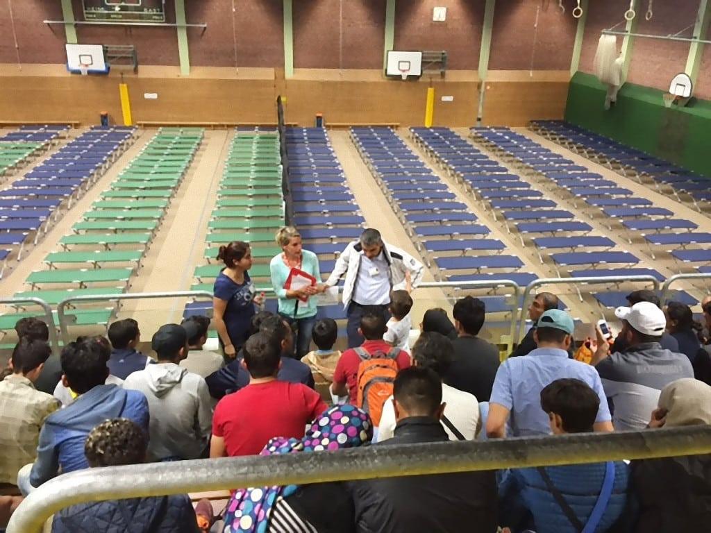 Integrationsbeauftragter der Bayerischen Staatsregierung besucht Notfallunterkunft in der Clermont-Ferrand-Turnhalle (1)