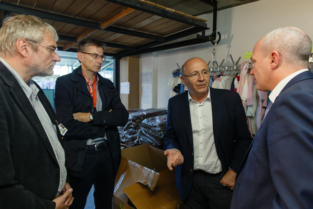Integrationsbeauftragter der Bayerischen Staatsregierung besucht Notfallunterkunft in der Clermont-Ferrand-Turnhalle (2)