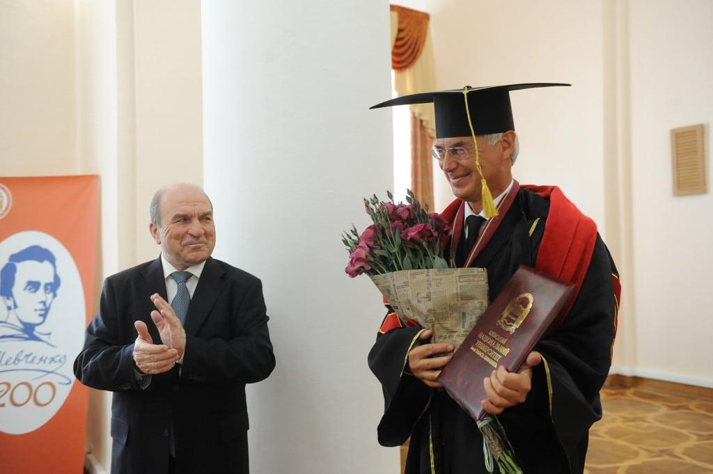 Während der Übergabefeier in Kiev: Prof. Dr. Leonid Hubersky, Rektor der Nationalen Kiever Taras-Ševčenko-Universität (links), und Prof. Dr. Walter Koschmal (rechts). Foto: Nationale Taras-Ševčenko-Universität