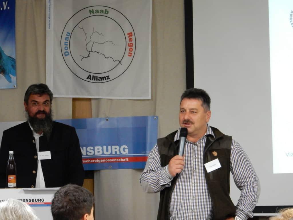 Der Sprecher derDoNaReA, Dr. Josef Paukner (links), und der erste Vorsitzende des Regensburger Anglerbundes, Hans Holler (rechts) begrüßten die zahlreichen Gäste und Teilnehmer der Tagung im Vereinsheim des Anglerbundes.