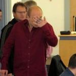 Kleiner Tumult in einer Verhandlungspause: Ein Justizvollzugsbeamter muss Denis K. (Mitte) daran hindern, sich mit dem Mitangeklagten Jakub M. (an der Tür) zu unterhalten. Sitzend: der dritte Angeklagte Micolaij M. Foto: as