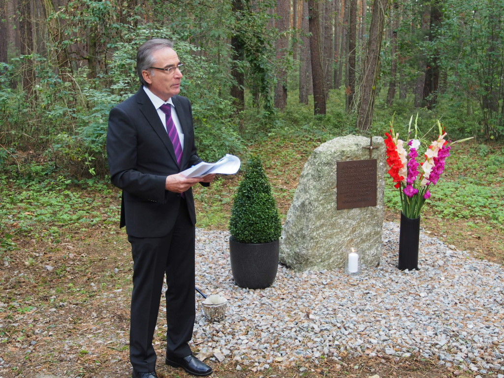 Sichtlich berührt bei der Einweihung des Gedenksteins: Bürgermeister Franz Reichold. Foto: Werner