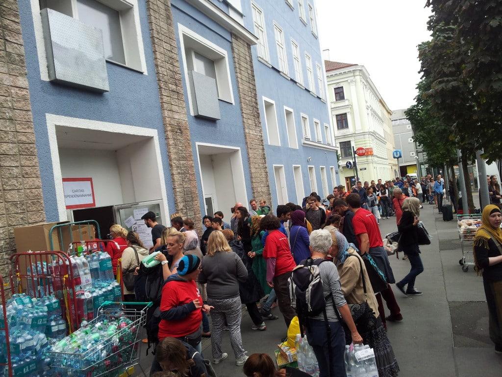 Großer Andrang: Wiener bringen Spenden zur Caritas.