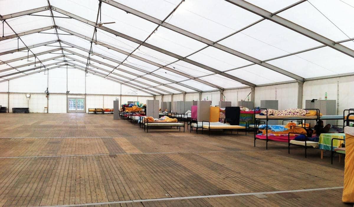 """Bislang war das Zelt in der Erstaufnahmestelle für Flüchtlinge nur spärlich belegt. Hier könnten maximal 300 Menschen untergebracht werden können. """"Denkbar ungeeignet"""", sagt der Mieterbund. Foto: wn/ Archiv"""