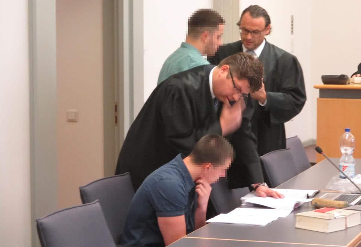 Schon länger auf Konfrontationskurs mit dem Richter: die Rechtsanwälte Markus Huesmann und Jörg Sodan (re.) mit ihren Mandanten. Foto: Archiv/ as