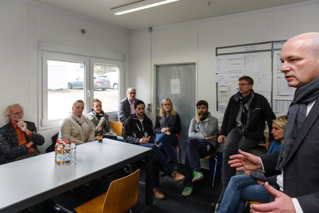 OB besucht städtische Bedienstete in Notfallunterkünften (3)