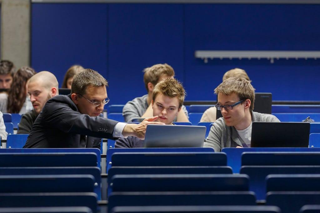 Prof. Dr. Markus Westner (links) von der OTH Regensburg nutzt Internet-gestützte Lehrmethoden. Mit den Studierenden, die trotz des virtuellen Angebots zur Vorlesung vor Ort kommen, nutzt er die Zeit, um das zuvor Gelernte zu vertiefen. Foto: OTH Regensburg