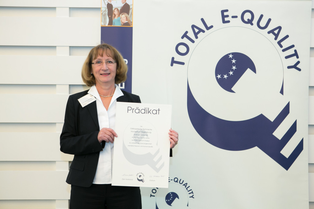 Prof. Dr. Christine Süß-Gebhard, Frauenbeauftragte und beratendes Mitglied der Hochschulleitung der OTH Regensburg, hat die Auszeichnung für gelebte Chancengleichheit für die OTH Regensburg in Hamburg erhalten. Foto: Total E-Quality / Annegret Hultsch