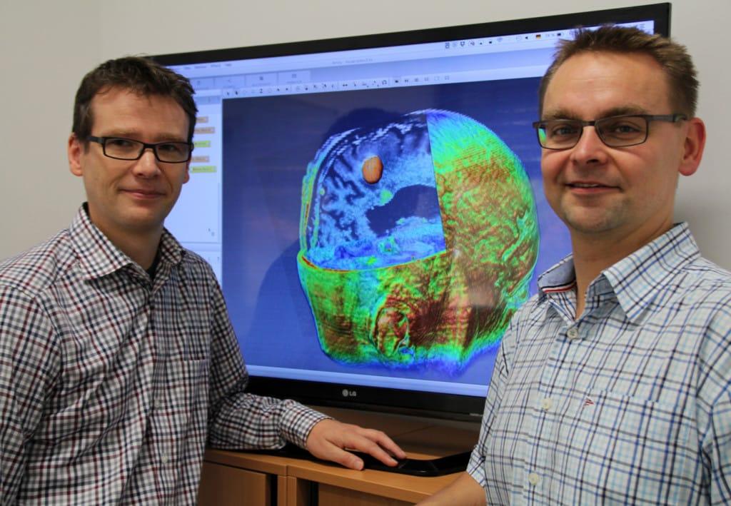 """Das Forschungsprojekt """"GliomaMIC"""" von Prof. Dr. Christoph Palm von der OTH Regensburg (links) und Dr. med Markus Hutterer (rechts) vom Universitätsklinikum  Regensburg soll dazu beitragen Hirntumore besser beurteilen zu können, um damit die Behandlung der Erkrankten zu verbessern. Foto: OTH Regensburg"""