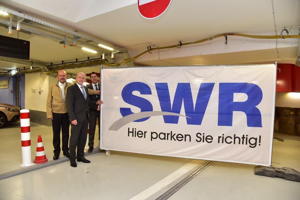 Foto: SWR / Tino Lex. V. l. n. r.: Projektleiter Berthold Weigl, Oberbürgermeister und SWR-Aufsichtsratsvorsitzender Joachim Wolbergs, SWR-Geschäftsführer Manfred Koller.