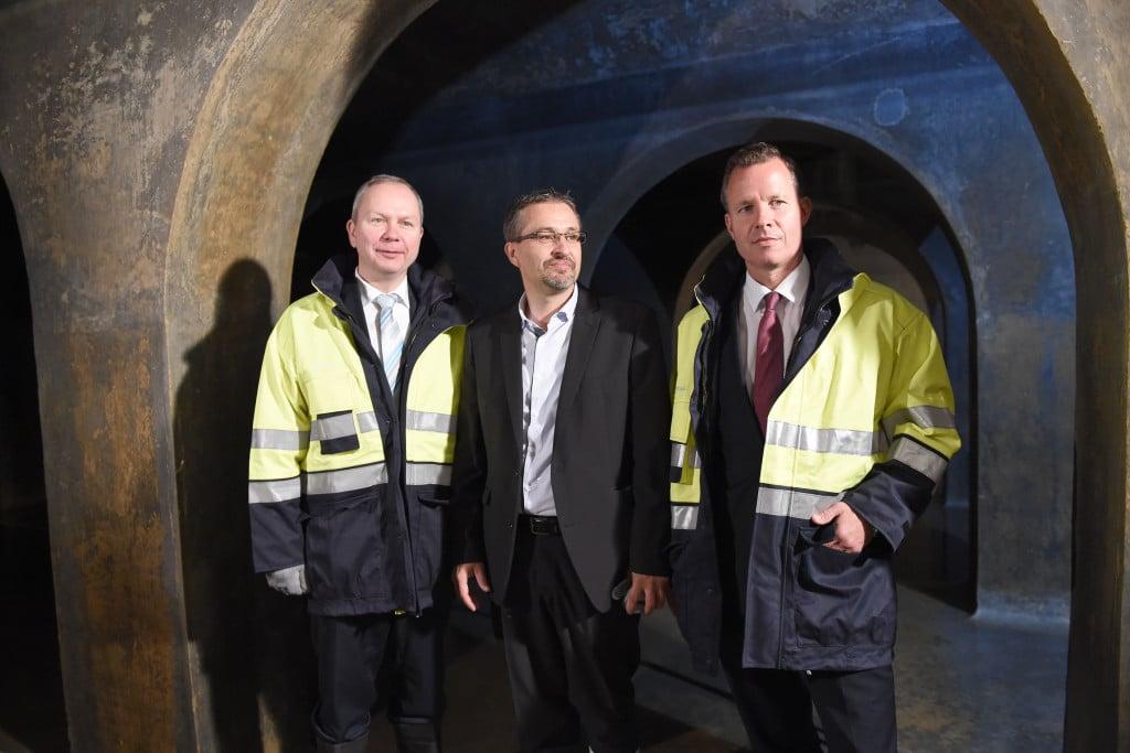 REWAG-Vorstand Frank Ohneseit, Peter Ach, REWAG und REWAG-Vorstandsvorsitzender Olaf Hermes im Hochbehälter auf den Winzerer Höhen.
