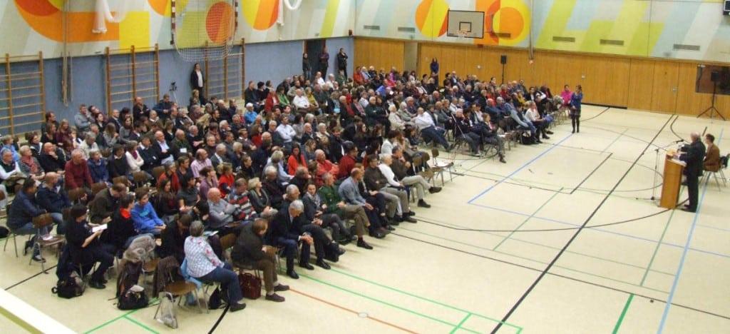 Bürgerversammlung im November zur Flüchtlingsunterkunft in Königswiesen. Erst jetzt meldet sich die CSU zu Wort. Foto: Archiv