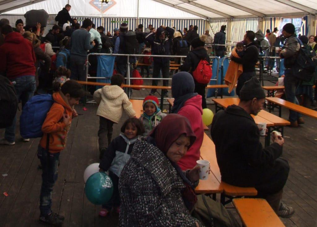 Ein bis zwei Stunden müssen die Geflüchteten im Zelt am Passauer Hauptbahnhof auf ihre Weiterfahrt warten.
