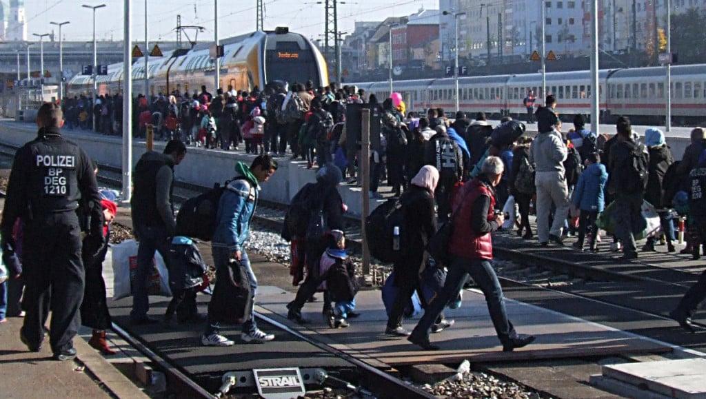 Auf dem Weg zum Sonderzug nach Zwickau: Flüchtlinge am Hauptbahnhof Passau.