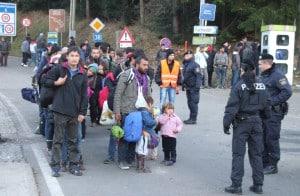 Grenzübergang Wegscheid. Eine Gruppe von 50 Flüchtlingen wird zum Bus für die Weiterreise nach Deutschland gebracht.