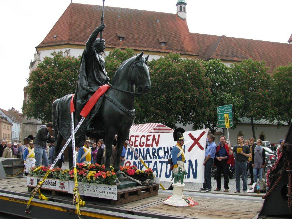 2010: Der König zeigt sich von den bfg-Protesten  anlässlich seines Umzugs unbeeindruckt. Foto: Archiv/ Herbert Baumgärtner