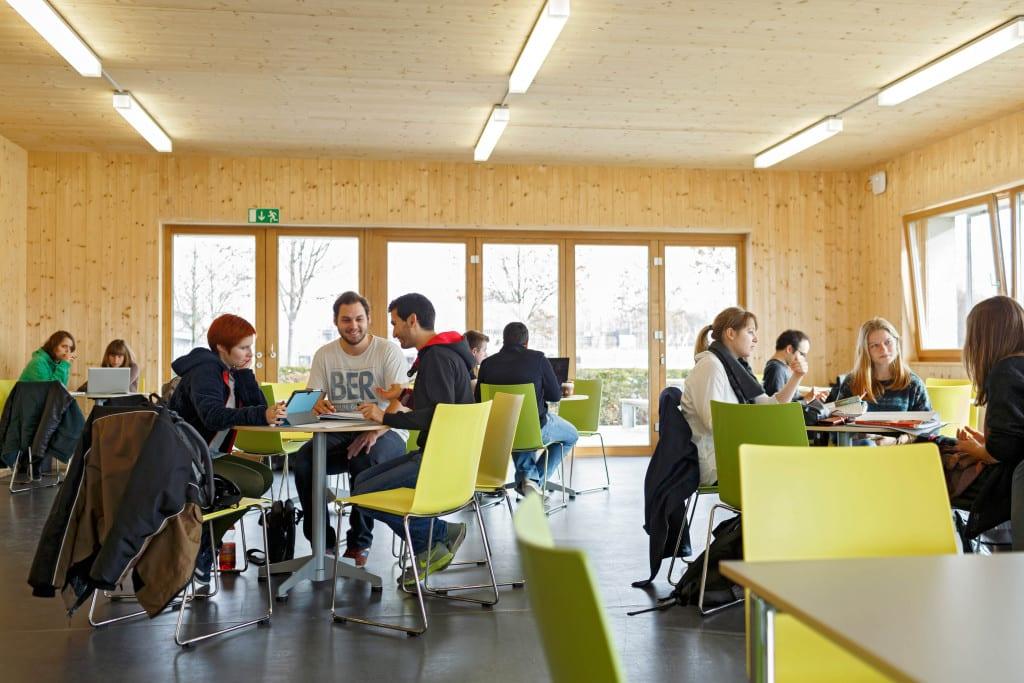 Das Studierendenhaus der OTH Regensburg gibt es inzwischen ein Jahr. Die Studierenden nutzen den Aufenthaltsraum zum Arbeiten, Entspannen und für Veranstaltungen.