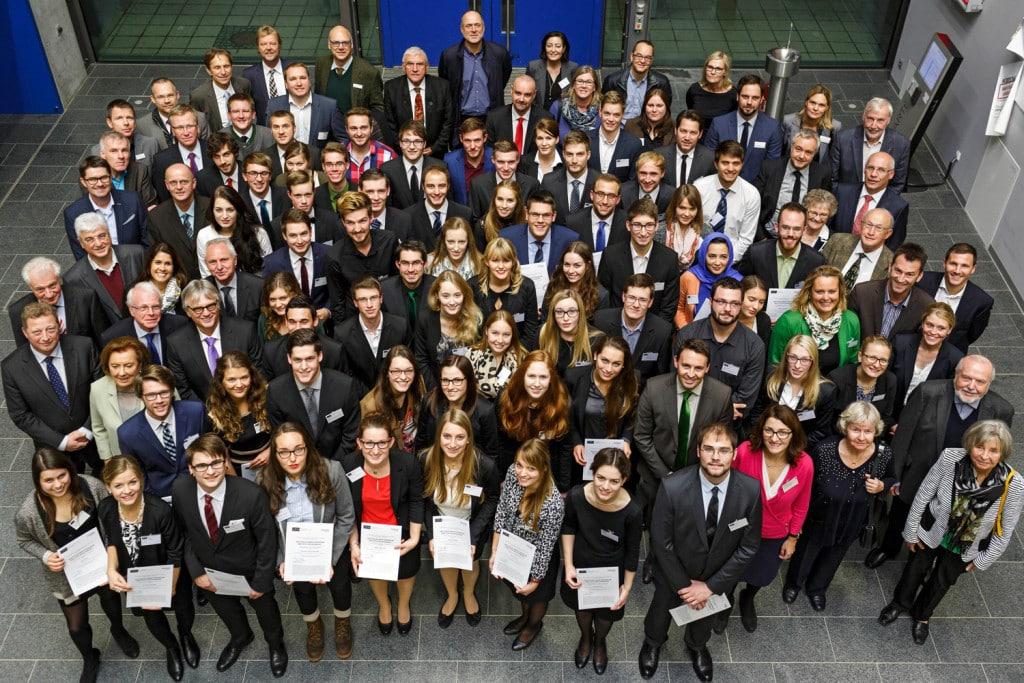 Deutschlandstipendium 2015: Die 63 Stipendiaten und 35 Förderer bei der offiziellen Verleihung der Deutschlandstipendien an der OTH Regensburg. Foto: OTH Regensburg / www.florianhammerich.com